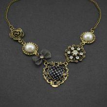 """Collier """"Secret"""" en métal doré vieilli, strass, tissu, résine et perle de synthèse"""