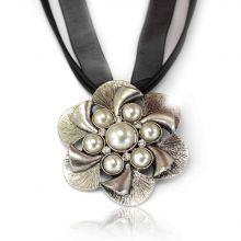 """Collier """"Palace"""" en métal argenté et perles, sur cordon et tulle"""
