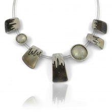 """Collier """"Ikita - Icing"""" en métal argenté et émail pailleté, sur câbles"""