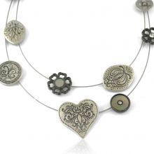 """Collier """"Ikita - Love"""" en métal argenté, strass et nacre, sur câbles"""