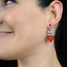 """Boucles d'oreilles """"Ikita - Triangle rouge"""" en métal argenté, résine et strass"""