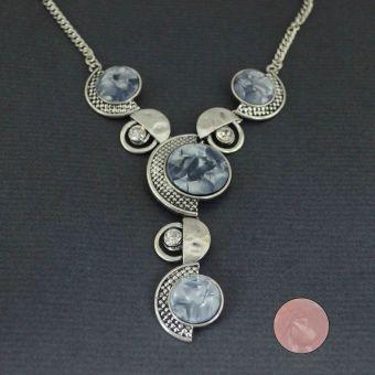 http://www.bijouxdecamille.com/14091-thickbox/collier-fantaisie-modern-en-metal-argente-email-et-strass.jpg