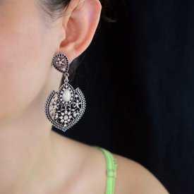 """Boucles d'oreilles orientales """"Jamila"""" en métal argenté, résine et strass"""