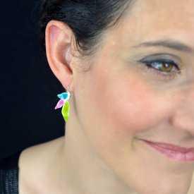 """Boucles d'oreilles """"Ikita - Feuilles colorées"""" en métal argenté et émail pailleté"""