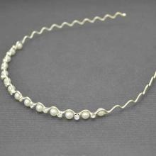 """Serre-tête """"Entrelats"""" en métal argenté, strass et perles de synthèse blanches   Les Bijoux de Camille, bijoux fantaisie pas che"""
