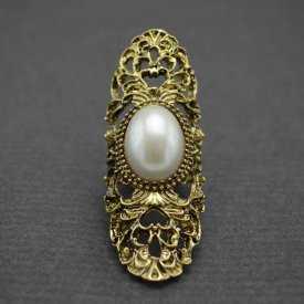 """Bague longue fantaisie """"Baroque - Perle"""" en métal doré vieilli et perle de synthèse"""