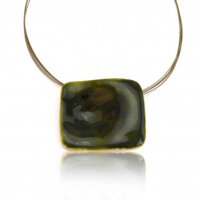 """Collier """"Ikita - Carré Vert"""" en métal doré et émail, sur câbles"""