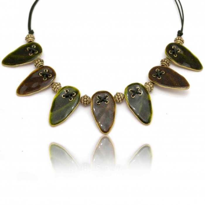 """Collier """"Ikita - Tribal"""" en métal doré et émail pailleté, sur corde"""