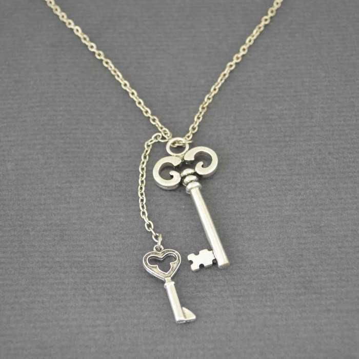 "Collier ""Key"" en métal"