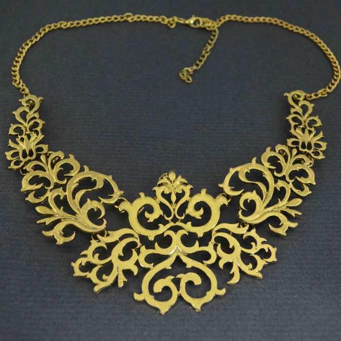 "Collier ""Baroque"" en métal doré"