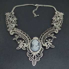 """Collier fantaisie """"Camée Baroque"""" en métal et résine"""
