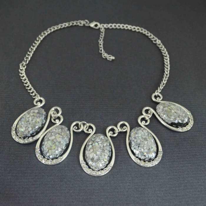 """Collier fantaisie """"Gemme"""" en métal argenté, strass et résine"""