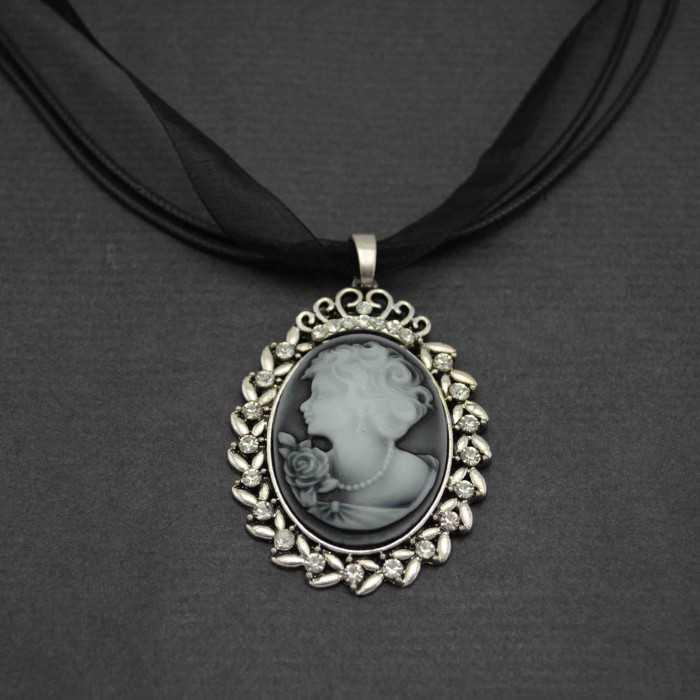 """Collier """"Camée - Comtesse"""" en métal argenté, strass et résine, sur cordon et tulle"""