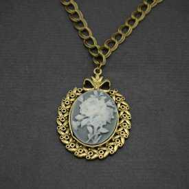 """Collier """"Camée - Rose"""" en métal doré vieilli et résine"""