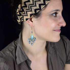 """Boucles d'oreilles orientales """"Bohemian style"""" en métal doré, résine et perles de verre"""