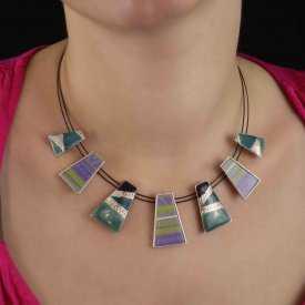 """Collier """"Ikita - Maya"""" en métal argenté et émail, sur câbles"""