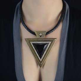 """Collier """"Big Triangle"""" en métal doré, résine et strass, sur cordon de cuir"""