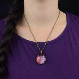 """Collier """"Glitter - Rainbow Pink"""" en métal doré vieilli et cabochon"""