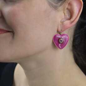 """Boucles d'oreilles """"Ikita - Lov"""" en métal doré, émail mailleté et strass"""