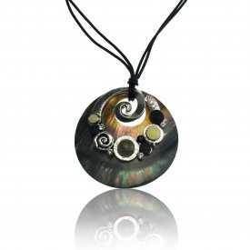 """Collier """"Ikita - Spirale nacré"""" en métal argent, nacre et émail, sur cordons"""