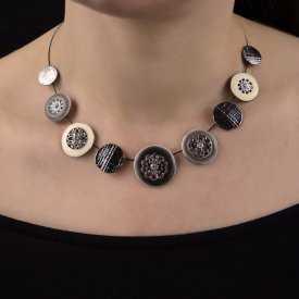 "Collier ""Ikita - Weels"" en métal argenté, émail et strass"