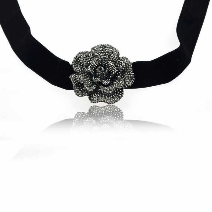 "Collier ""Big Rose"" en métal argenté, strass et velours"
