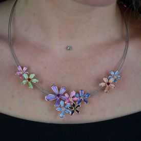 "Collier fantaisie ""Ikita - Fleurs Mini"" en métal peint"