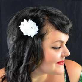 """Mini pince à cheveux """"Fleurs blanches"""" en tissu et strass"""