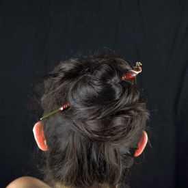 """Pic à cheveux """"Paon"""" en métal peint et strass"""