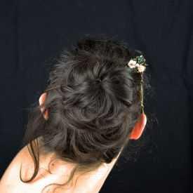 """Pic à cheveux """"Forest"""" en bois, métal doré vieilli, résine et strass"""