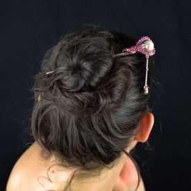 """Pic à cheveux """"Royaume"""" en métal doré rosé, perle de synthèse et strass"""