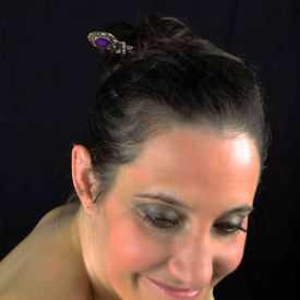 """Pic à cheveux """"Shéherazade"""" en métal doré vieilli, résine et strass"""