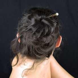 """Pic à cheveux """"Perle"""" en métal doré vieilli, perle de synthèse et strass"""