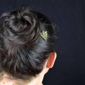 """Pic à cheveux mini """"Vestale"""" en métal doré vieilli et nacre"""