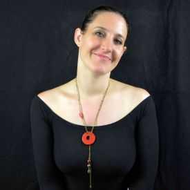 """Collier """"Christine Alloing - Hula Hoop Sautoir"""" en laiton et céramique"""