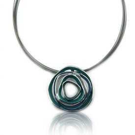 """Collier """"Ikita - Whirlwind"""" en métal et émail, sur câbles"""