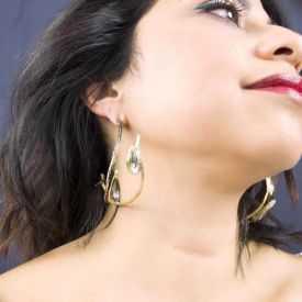 """Boucles d'oreilles """"Opus 4 - Aphrodite"""" en métal doré vieilli et strass"""
